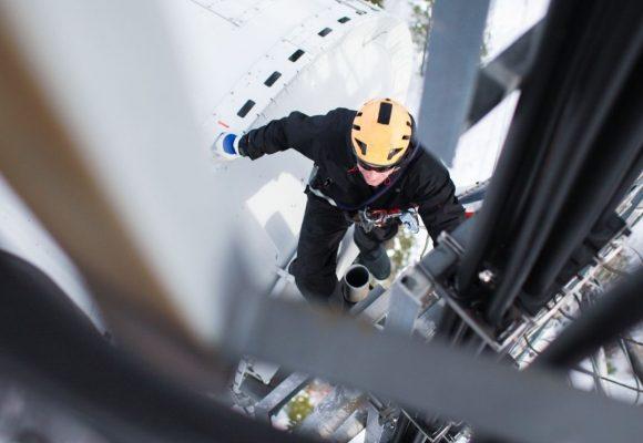 Varno izvajanje del na višini in reševanje delavcev iz višine s prikazom možnih rešitev s praktičnimi primeri